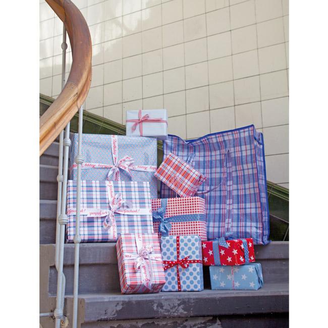 geschenkpapier marktkaro rot krima isa shop. Black Bedroom Furniture Sets. Home Design Ideas